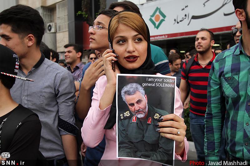 تیپ جالب یک دختر در تجمع مردم مشهد مقابل سرکنسولگری عربستان(+عکس)